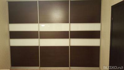 Шкаф встроенный три двери,фасад стекло лакобель коричневое и.